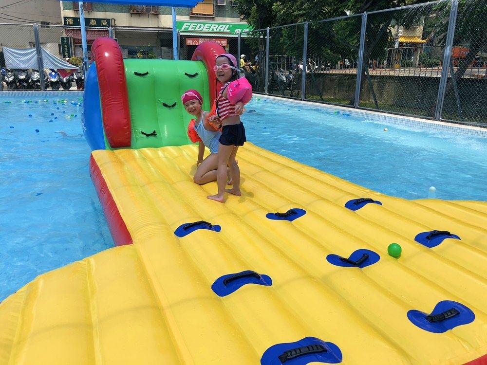 台北夏天玩水│七虎游泳池 近捷運站,有遮陽棚不怕曬,360度高空滑水道、水上氣墊床,銅板價收費 @蘭妮 3+1 旅食日常