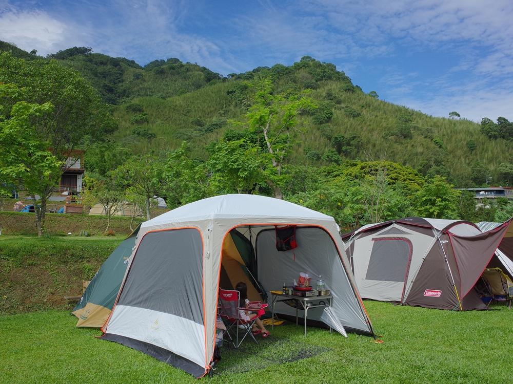 桃園復興區露營區推薦-可飛鹿,有營區也有住宿區、小朋友戲水池、沙坑及被山圍繞的美景