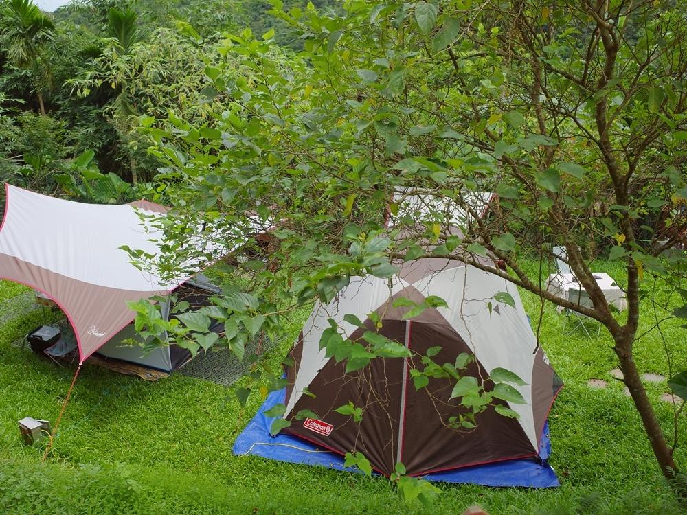 新北雙溪│山間小露有戲水池、沙坑還有池塘餵魚,營本部提供披薩、鬆餅、冷熱飲,也有包區雨棚區