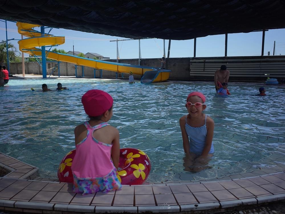 宜蘭玩水不怕曬│松樹門游泳池,便宜又消暑,自然湧泉媲美蘇澳冷泉、三層樓高滑水道、造型泳具便宜租借、熱水洗澡,冬天還有蒸氣室可使用