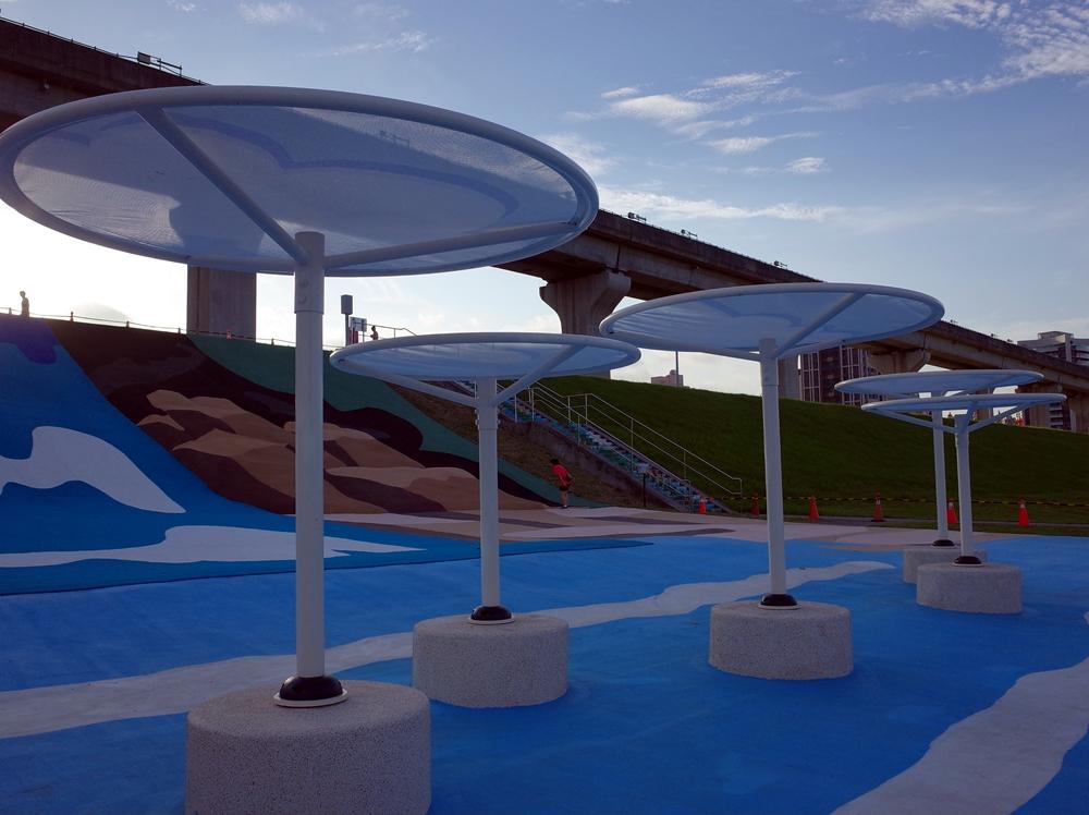 新北景點 三重大都會公園瀑布滑草場 七公尺高人工草皮滑草場 三重捷運站1號出口