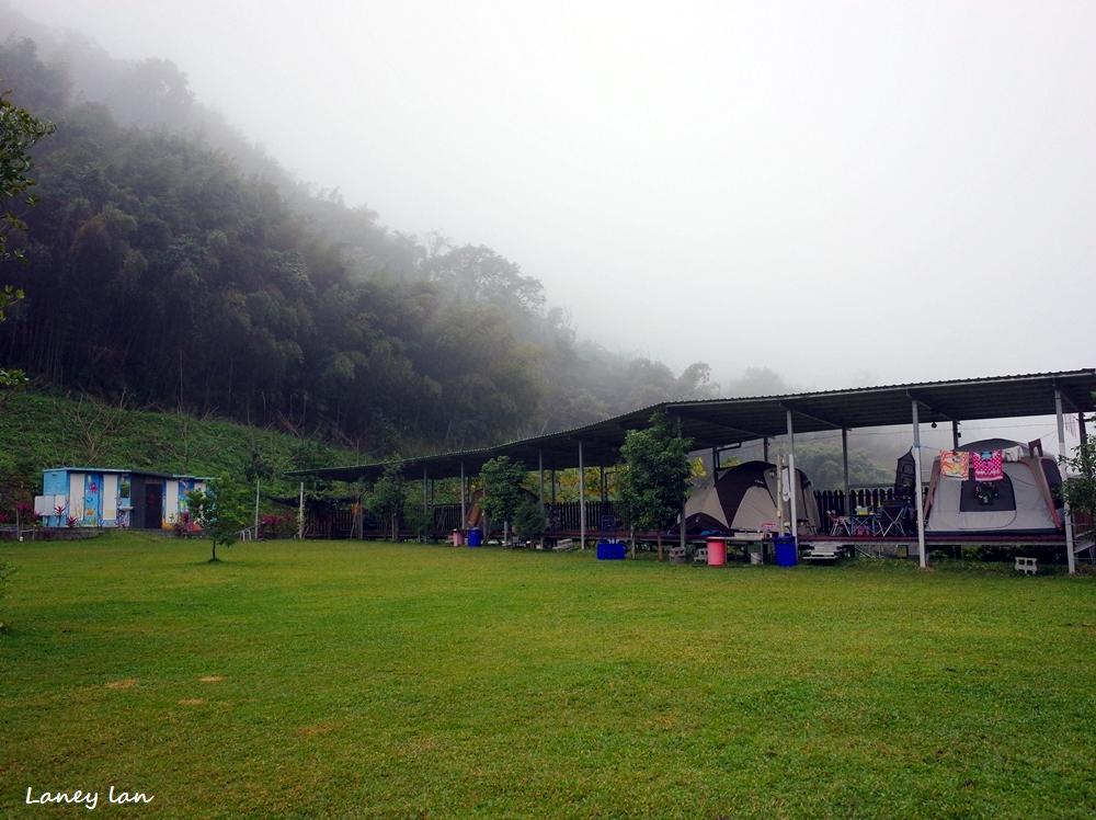 苗栗卓蘭 桃花源露營區、有翹翹板、沙坑、盪鞦韆、戲水池,海拔550,夜衝雨棚初體驗