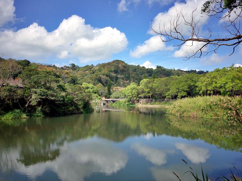 台中新社│小路露營區 有星級衛浴設備、沙坑、自然生態、積木桌遊館,營本部有咖啡輕食,緊鄰雙翠湖美景